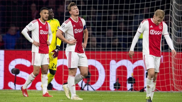 epa07368002 Matthijs de Ligt (C) and Donny van de Beek (R) of Ajax Amsterdam react after the 1-2 in the UEFA Champions League round of 16 first leg soccer match between Ajax Amsterdam and Real Madrid in AMsterdam, Netherlands,  13 February 2019.  EPA/OLAF KRAAK