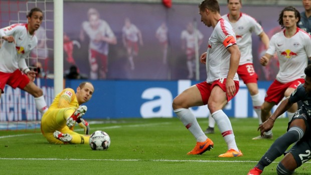 epa07562525 Leipzig's goalkeeper Peter Gulacsi (2-L) saves an attempt of Bayern's Serge Gnabry (2-R)   during the German Bundesliga soccer match between RB Leipzig and FC Bayern Munich in Leipzig, Germany, 11 May 2019.  EPA/FELIPE TRUEBA CONDITIONS - ATTENTION: The DFL regulations prohibit any use of photographs as image sequences and/or quasi-video.