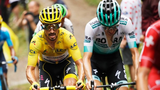 epa07731806 France's Julian Alaphilippe (L) of the Deceuninck Quick Step team wears the overall leader's yellow jersey during the 15th stage of the 106th edition of the Tour de France cycling race over 185km between Limoux and Foix Prats d'Albis, France, 21 July 2019.  EPA/YOAN VALAT